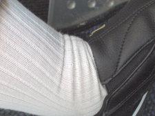 クラッチペダルに左足を乗せた状態で撮影