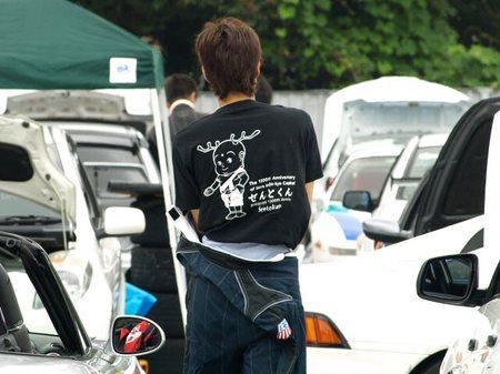 このTシャツ、どこで売っているんだ?